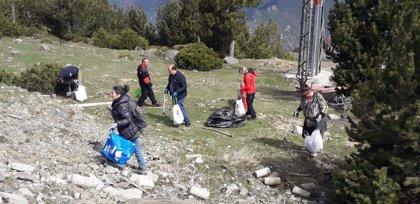 Unos 60 voluntarios recogen 800 kilos de residuos en el Parc Natural de l'Alt Pirineu (Lleida)
