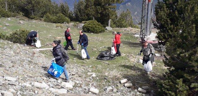 Sesenta voluntarios recogen 800 kilos de desechos en el Parc Natural de l'Alt Pirineu (Lleida)
