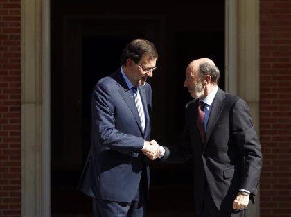 """Rajoy rinde homenaje al exministro recordando qué decían militantes de PP: """"A nosotros lo que nos falta es un Rubalcaba"""""""