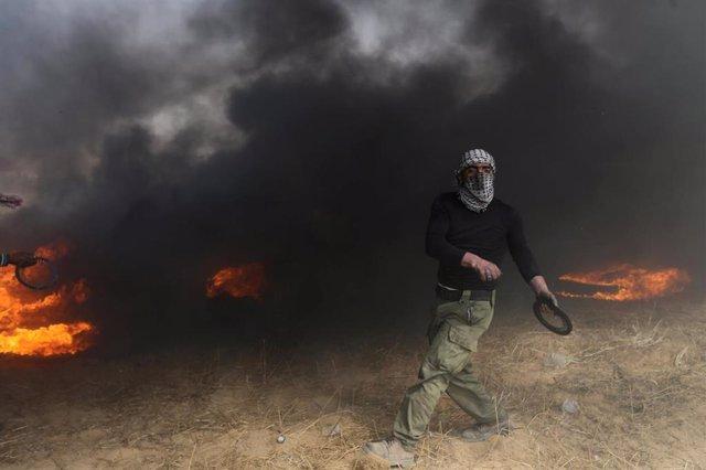 Palestinos protestan en la frontera entre Gaza e Israel