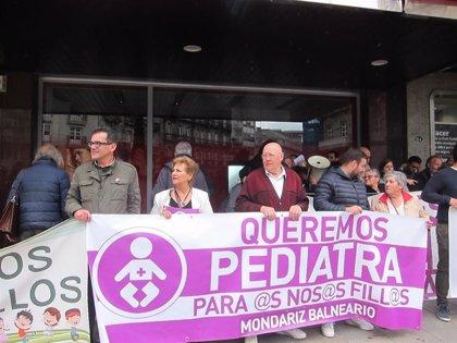 """Anpas y vecinos se manifiestan en Vigo para denunciar la """"saturación"""" del servicio de Pediatría del área sanitaria"""