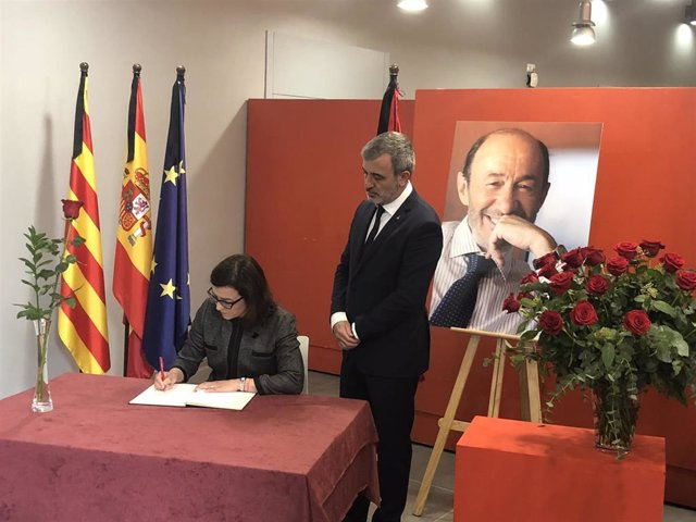 Collboni y Granados abren el libro de condolencias por Rubalcaba en la sede del PSC