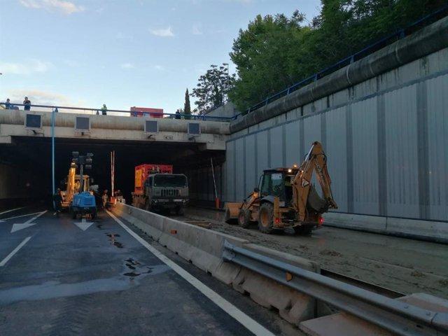 Continúa cortado el acceso a la T4 de Barajas por la M-14, aunque han retirado ya 9 coches que estaban atrapados