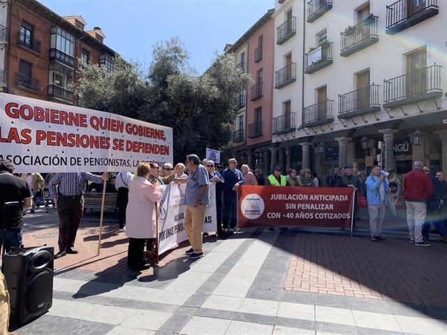 Un centenar de personas reclaman que ninguna pensión en CyL sea inferior al umbral de la pobreza situado en 735 euros