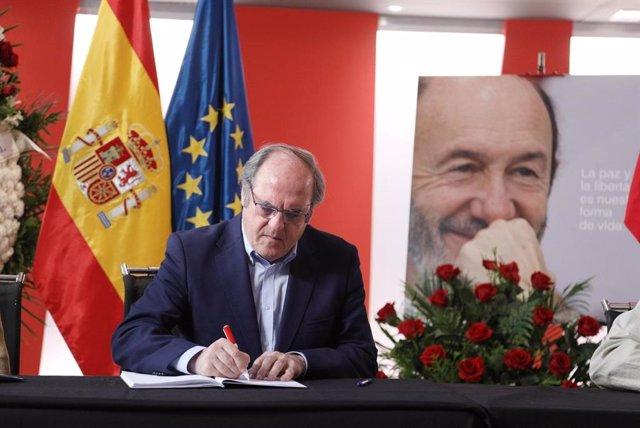 """Gabilondo dedica unas emotivas palabras a Rubalcaba en su último adiós: """"Eres motivo de procurar gobierno de progreso"""""""