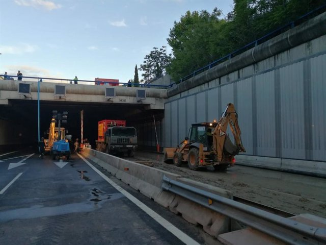 Continúa cortado el acceso a T4 de Barajas por la M-14, aunque han retirado ya 9 coches que estaban atrapados en túnel