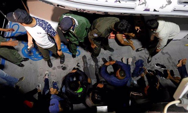 Migrantes rescatados por los guardacostas de Túnez