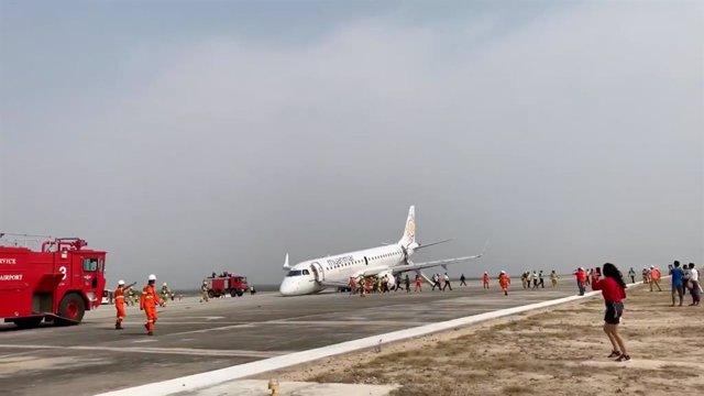 Birmania.- Un piloto salva a los 89 pasajeros de un vuelo en Birmania tras aterrizar sin las ruedas frontales