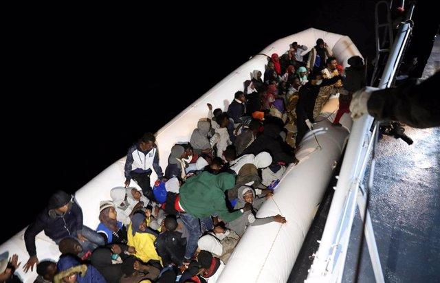 Migrantes y refugiados rescatados por la Guardia Costera Libia