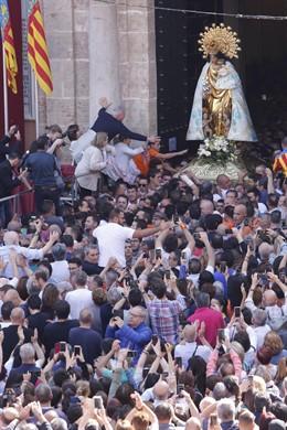 València celebra la tradicional Missa d'Infants y traslada la imagen de la Virgen de los Desamparados a la Catedral
