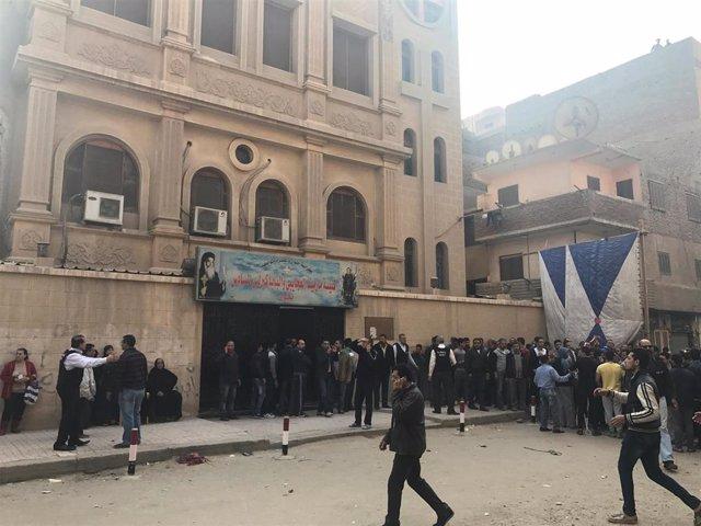 Gente fuera de la iglesia de Santa María Mina, situada en la ciudad cariota de H