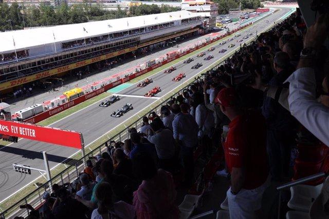 Varios aficionados en el Circuit de Barcelona-Catalunya.