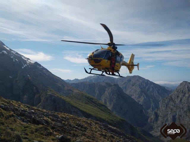 Sucesos.- Evacuada en helicóptero una mujer herida tras caer por la zona del Urrielly, en Cabrales