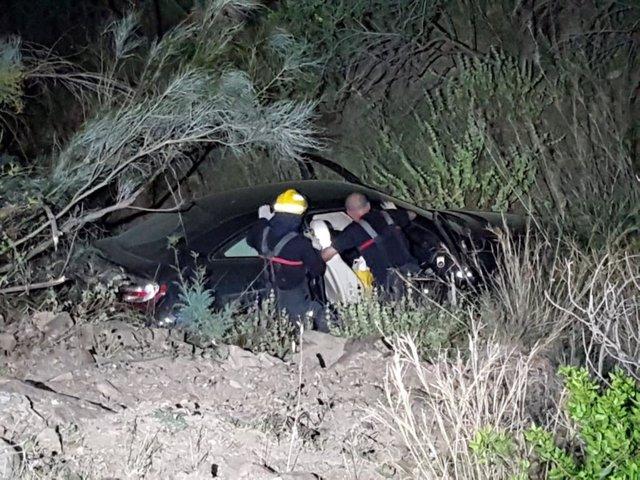 Málaga.- Sucesos.- Los bomberos de Málaga rescatan a un hombre cuyo coche cayó por un terraplén