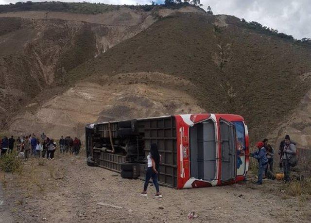 Al menos nueve muertos y 36 heridos tras volcar un autobús en Ecuador