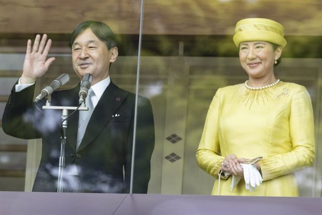 Japanese Emperor Naruhito greets public for first time in Tokyo