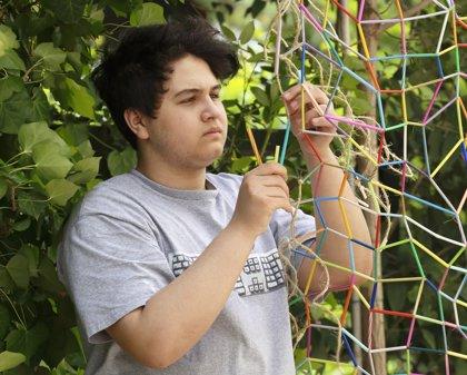 'Killer Net': un adolescente teje una red de cinco metros con 9.000 pajitas para concienciar sobre el abuso del plástico