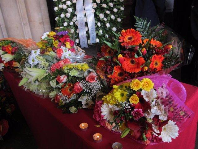 Flores en recuerdo de las víctimas del accidente de autobús en Freginals