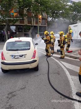 Successos.- El motor d'un cotxe s'incendia en l'Avinguda Gabriel Alomar de Palma