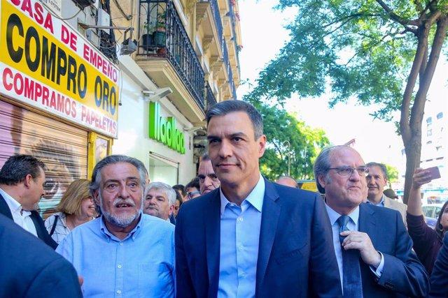 Pedro Sánchez visita el distrito de Puente de Vallecas acompañado de los candidatos del PSOE a la comunidad y Alcaldía de Madrid