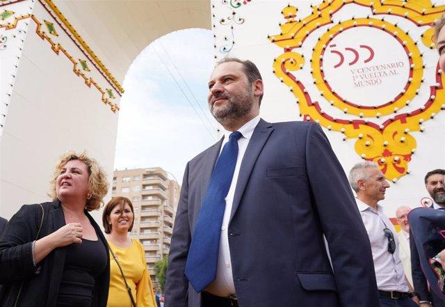 El secretario de Organización del PSOE y ministro de Fomento en funciones, José Luis Ábalos, atiende a los medios en la Feria de Abril