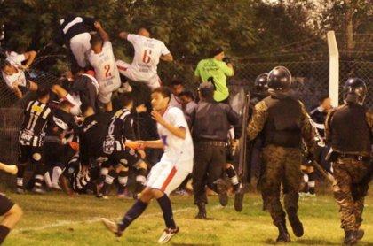 Una brutal pelea en un partido de fútbol obliga a los jugadores visitantes a salir por la valla del recinto