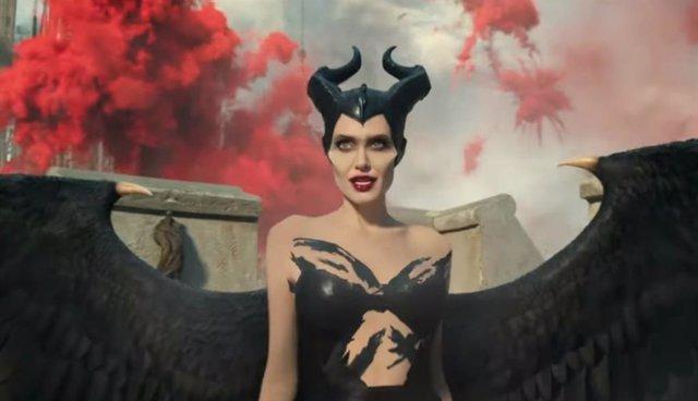 Angelina Jolie vuelve desatada como la villana Disney en el tráiler de Maléfica: Maestra del mal