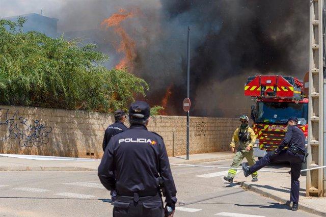Dos inquilins i un policia són atesos a causa d'un incendi en un edifici