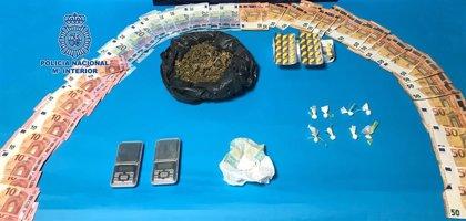"""Cuatro detenidos en Castelló por vender droga desde una casa """"fortificada"""" a menos de 10 metros de un colegio"""