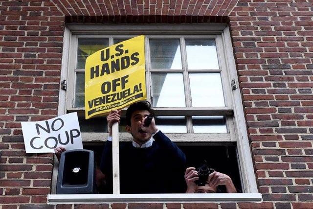 Autoridades estadounidenses irrumpen en la Embajada de Venezuela en EEUU para el desalojo de los activistas sin éxito