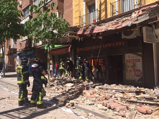 Los técnicos retiran la marquesina demolida por la caída de la cornisa en Madrid y siguen apuntalando el edificio