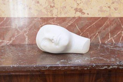 El Congreso homenajea a la periodista Josefina Carabias con la colocación de una escultura