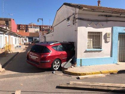 Un vehículo se empotra en una vivienda abandonada de Xirivella y el conductor sale ileso