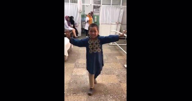 Imagen de Ahmed bailando tras probarse su nueva prótesis