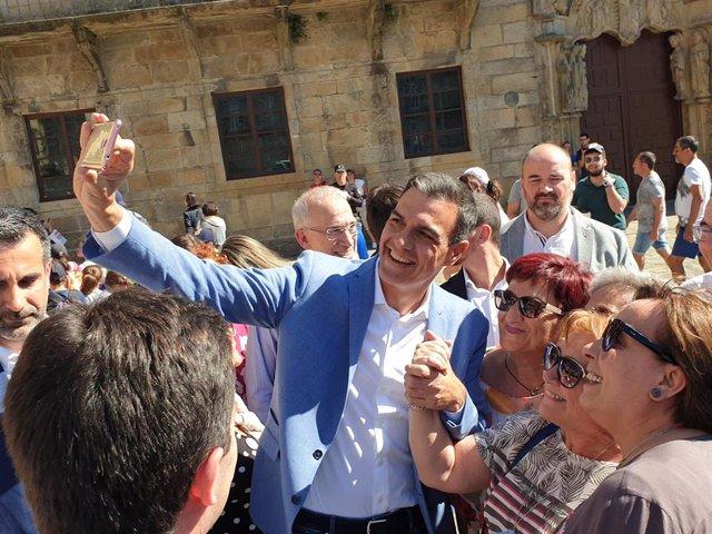 El presidente del Gobierno en funciones y secretario general del PSOE, Pedro Sánchez, se saca fotografías con curiosos en Santiago de Compostela