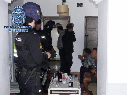 Once detenidos de una red de inmigración ilegal a través de pateras y liberados dos menores