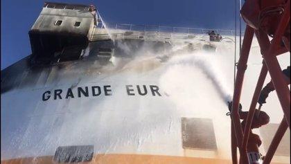 Activado el plan por contaminación de aguas marinas debido al incendio en el buque 'Grande Europa'