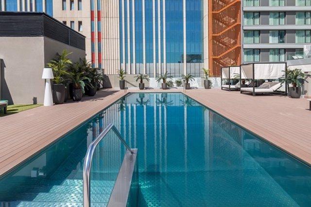 El hotel Barceló Imagine ofrece auriculares sumergibles para escuchar música en la piscina