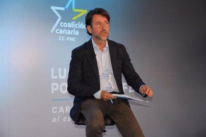 """Carlos Alonso tilda de """"estrambótico"""" y 'poco serio' el vuelo en parapente de Manolo Domínguez"""