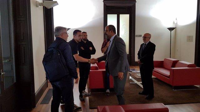Buch recibe a los sindicalistas de Mossos concentrados en la Conselleria de Interior