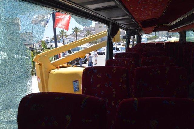 Sucesos.- Tres pasajeros de un autobús público, heridos leves tras chocar el vehículo con una grúa en Ibiza