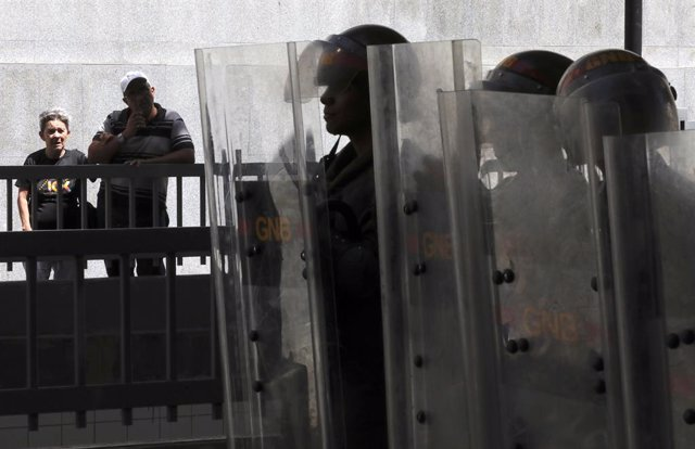 """Venezuela.- Las fuerzas del Gobierno de Maduro mantienen la """"toma militar"""" del Parlamento por segundo día consecutivo"""