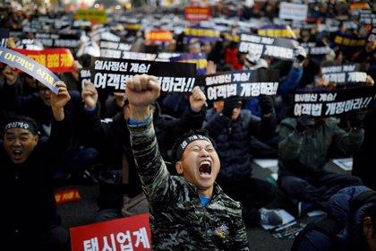 Muere un taxista en Corea del Sur tras inmolarse a lo bonzo en protesta contra una aplicación para compartir vehículo