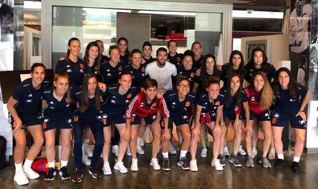 Fútbol/Selección.- Sergio Ramos visita por sorpresa a la selección femenina de fútbol