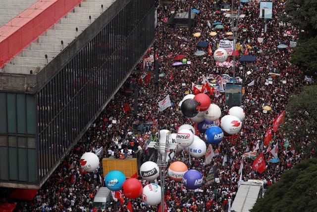 Brasil.- Decenas de miles de personas protestan en Brasil contra los recortes en el gasto en educación