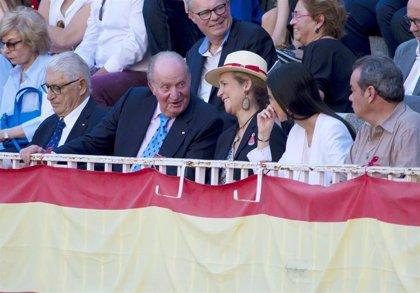 El Rey Juan Carlos inaugura la temporada en Las Ventas con la Infanta Elena y Victoria Federica