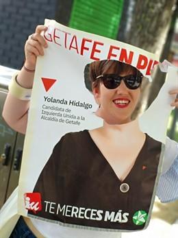 26M.- Recortan La Cara En Un Cartel De La Candidata De IU En Getafe Y Ella Lo Aprovecha Para Hacer 'Photocall' En Sus Ac