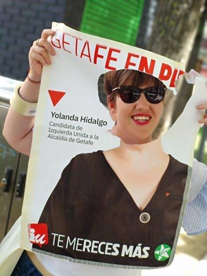 Recortan la cara en un cartel de la candidata de IU en Getafe y ella lo aprovecha para hacer 'photocall' en actos
