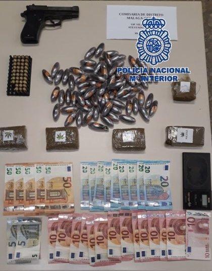 La Policía Nacional detiene a dos jóvenes y desmantela un punto de venta de hachís en una barriada de Málaga capital