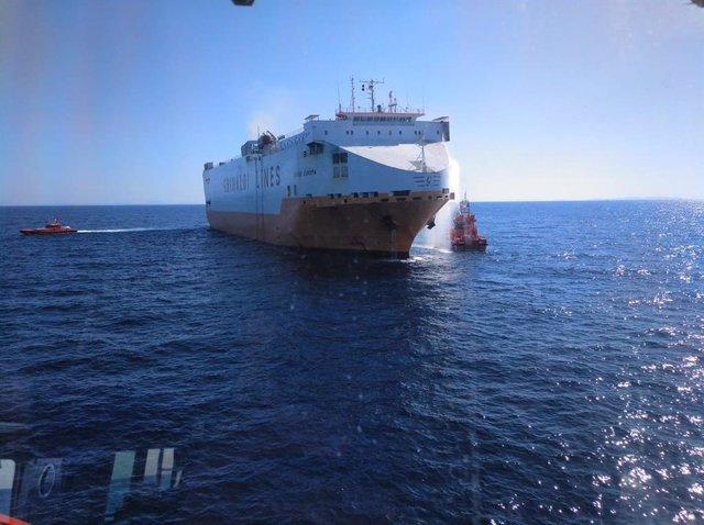 Sucesos.-Desactivan la fase de prealerta del plan de contaminación de aguas marinas tras el incendio en el Grande Europa